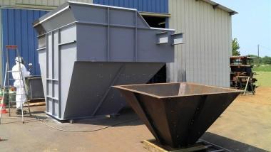 Trémie réalisée en deux parties pour faciliter le transport. L'ensemble est protégé par un anti-rouille et une peinture.