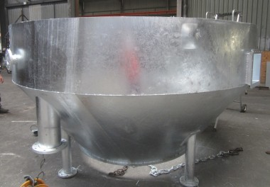 Assemblage de pièces coniques pour la réalisation d'une cuve en acier galvanisé, comportant 4 pieds pour la mise en place sur site et une trappe de visite afin de contrôler le contenu.