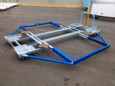 Chariot mobile conçu pour le stockage de pièces à grandes dimensions, en acier galvanisé équipé de protection pour empêcher tout contact métallique.