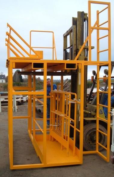 Plateforme réalisée sur mesure. Cette structure est équipée d'une échelle et de garde corps pour garantir la sécurité des utilisateurs.