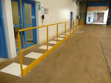 Garde corps sur site industriel, mis en place pour sécuriser les déplacements du personnel en zone de production.