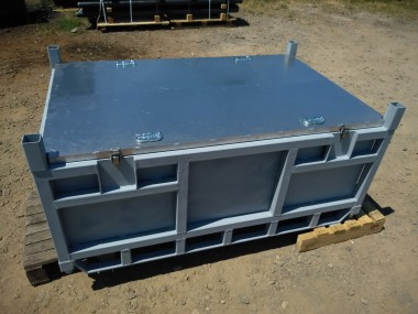 Caisse équipée d'un couvercle en aluminium étanche et de deux poignées de manutention. Elle peut aussi être déplacée par chariot élévateur grâce à ses passages de fourches.