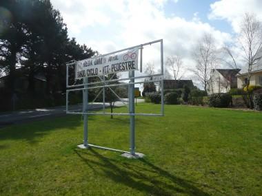 Structure métallique en acier galvanisé, ce support destiné au secteur public ou privé permet d'afficher des événements ou des publicités au abord des voiries.