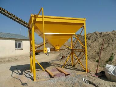 Structure réalisée en profilés type cornières et carrés. Cette trémie sera équipée d'un système mécanique permettant d'ouvrir ou de fermer la trappe centrale.